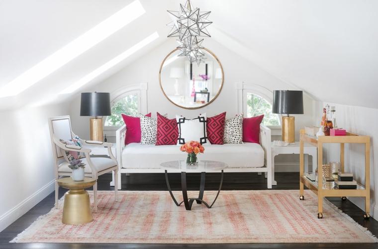 soggiorno con un grande tappeto a righe bianche e rosse, divano bianco, lampade con paralume nero, come arredare una mansarda piccola