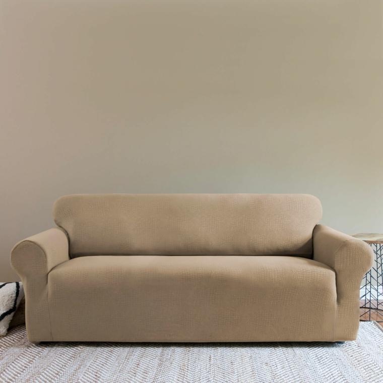 arredamento tono su tono, divano dal design moderno e lineare tortora come la parete