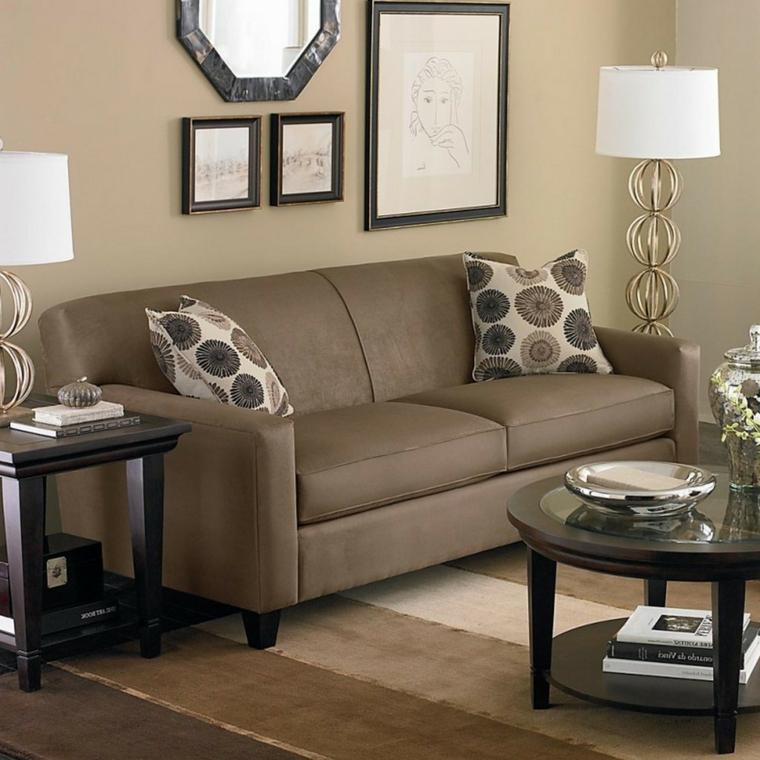 zona di un salotto arredato in stile classico con pareti, divano e decorazioni dei cuscini tortora