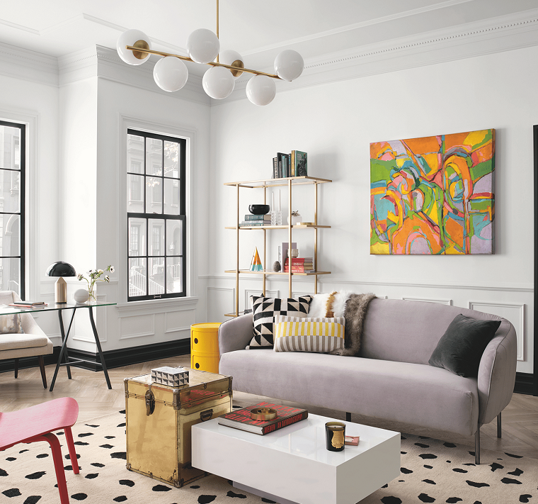 divano in tessuto tortora pavimento in laminato con tappeto a macchie decorazione parete con quadro