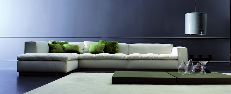 Idee arredo casa e un soggiorno divano di pelle colore bianco e tavolino verde molto basso