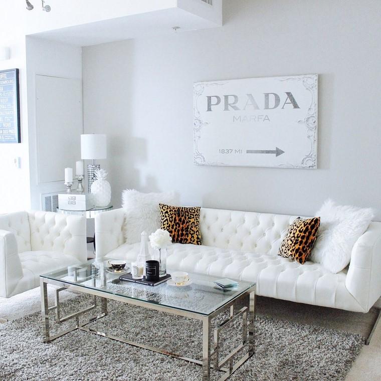 Quadri moderni per arredamento soggiorno, arredamento con mobili di colore bianco e tavolino di vetro