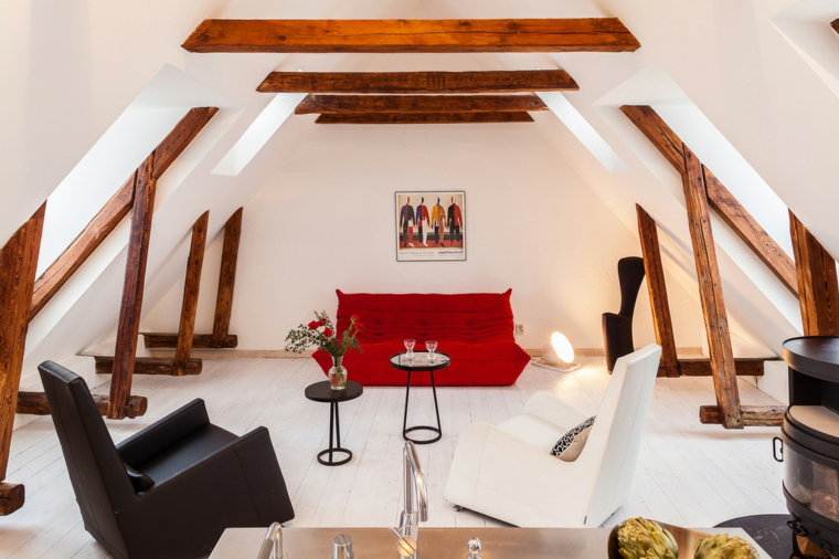 pareti bianche con travi in legno a vista, divano rosso, poltrone bianche e nere, idee mansarda