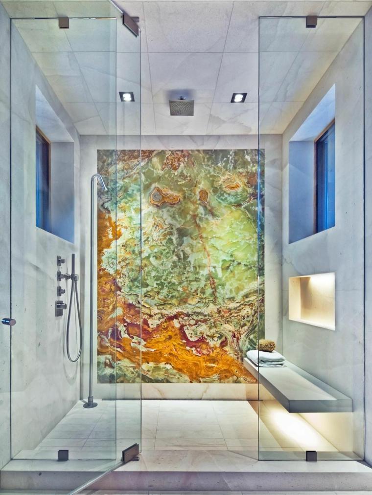 Piastrelle bagni moderni con effetto marmo, doccia con porta di vetro e panchina
