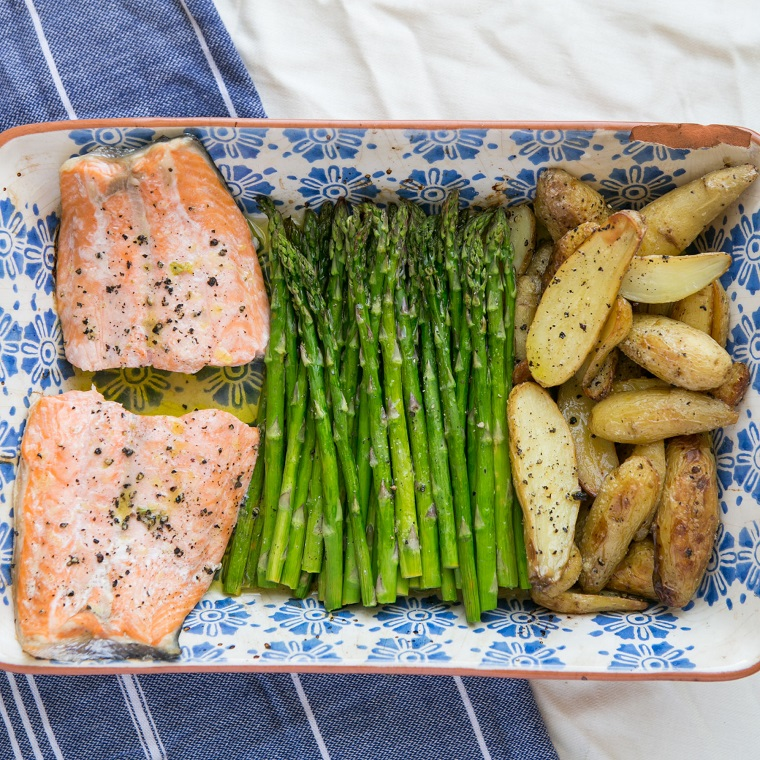 Secondo piatto pesce salmone con contorno di asparagi e patate al forno