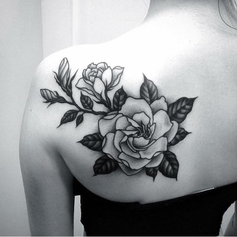due grandi rose in bianco e nero sulla spalla con rami e foglie, idee per rose tatuate