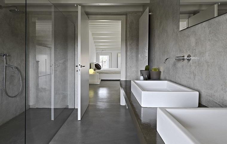 Idee bagno moderno piccolo con cabina doccia di vetro e due lavabi da appoggio ceramica bianca