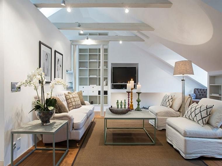 salotto elegante e confortevole con divani bianchi cuscini a righe, tavolino al centri, idee mansarda
