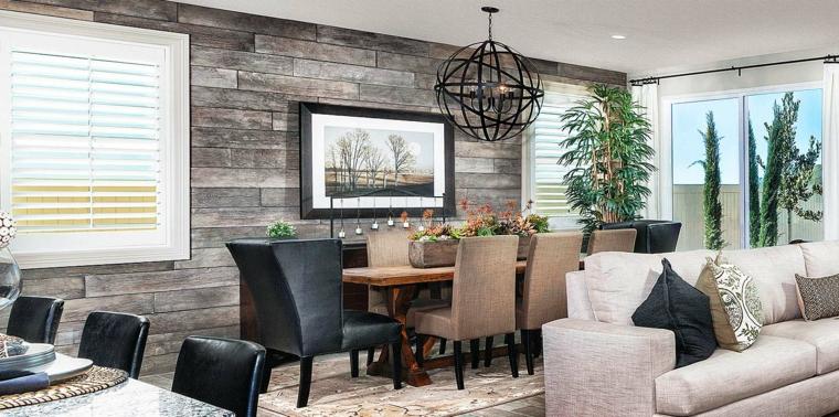 esempio per decorare un salotto con una parete rivestita di pannelli in pietra