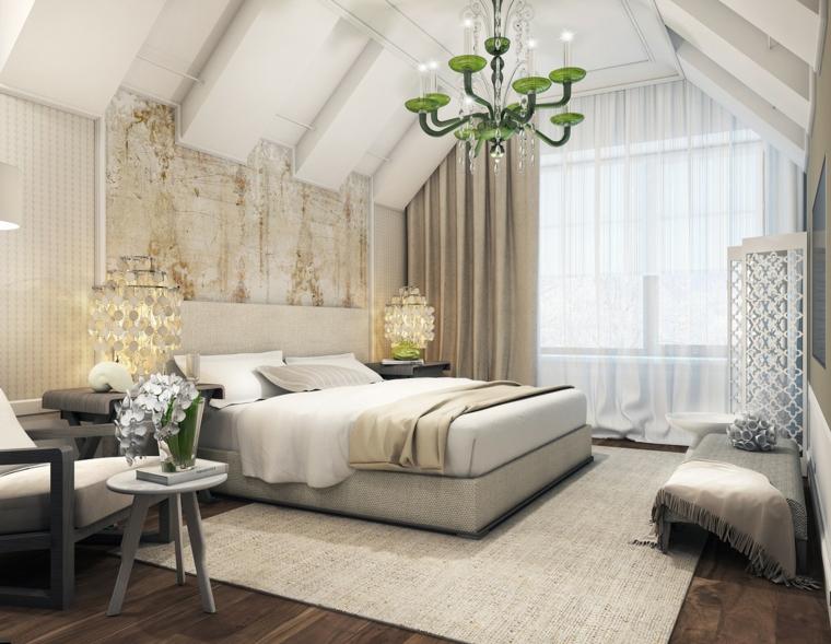 lussuosa camera da letto mansardata arredata con tappeto e letto grigi chiari poltrona e lampadario verde
