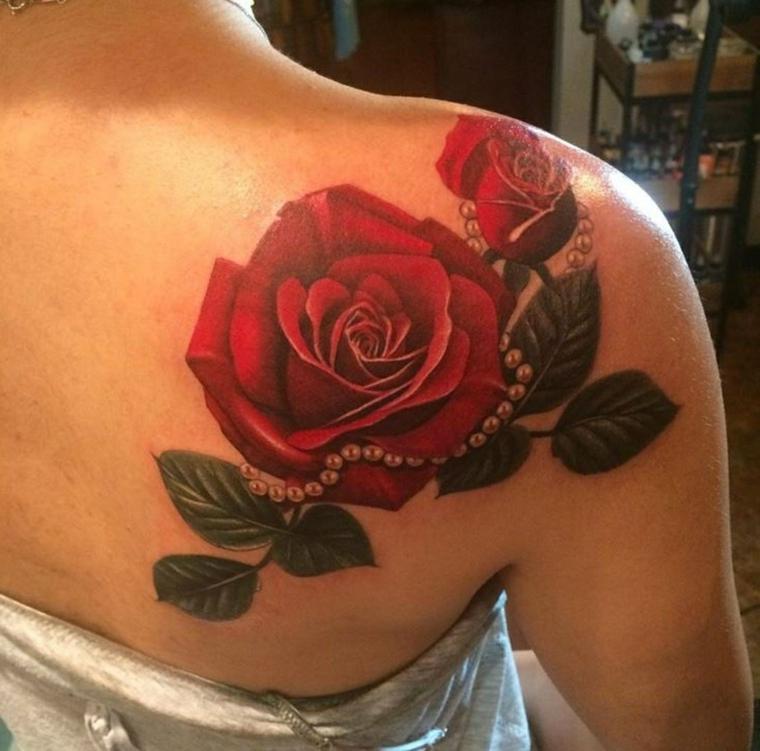 idea per tatuaggio rosa, due rose rosse con foglie verdi e un filo di perle intorno