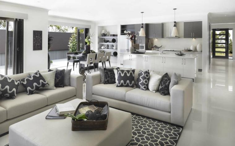 arredamento elegante nei toni del grigio, cucina lineare open space, divani color perla