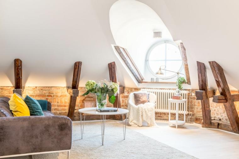 zona living moderna ed elegante con divano marrone scuro, poltrona e tavolini, idee mansarda