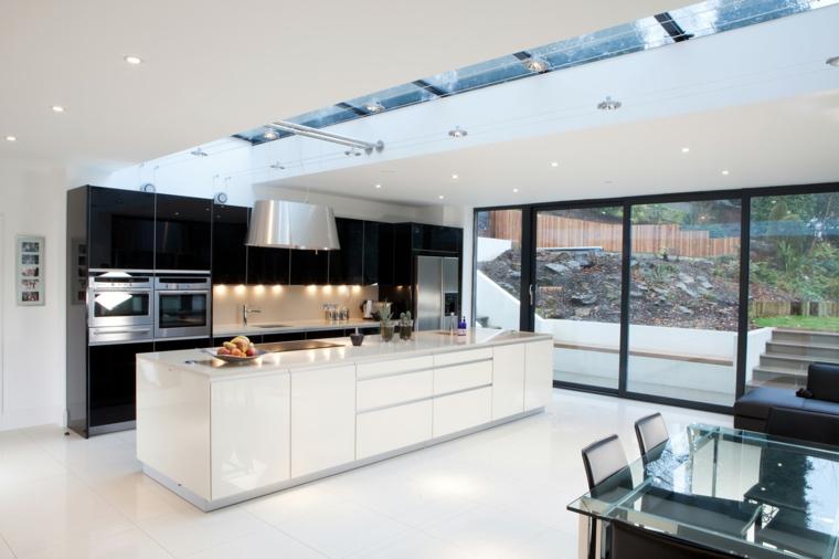 arredamento moderno cucina soggiorno open space con mobili della cucina a parete neri, isola bianca