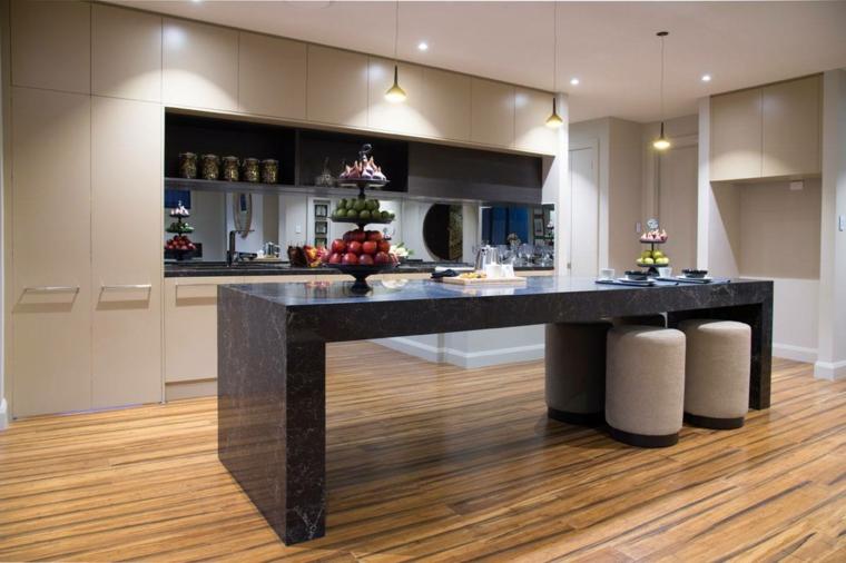 pavimento in parquet e un esempio di cucine classiche con isola in marmo nero