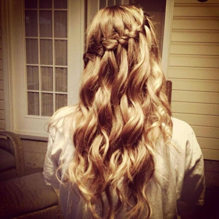 idea per acconciature capelli lunghi facili con una treccia laterale e il resto dei capelli sciolti