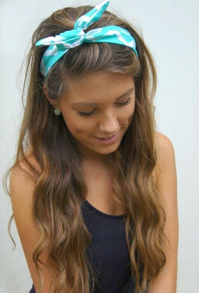 ragazza con i capelli lunghi castano chiaro con una fascia azzurra, acconciature capelli lunghi facili e veloci