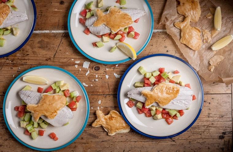 Secondi piatti estivi con pesce e verdure, filetto con contorno di cetrioli e pomodorini