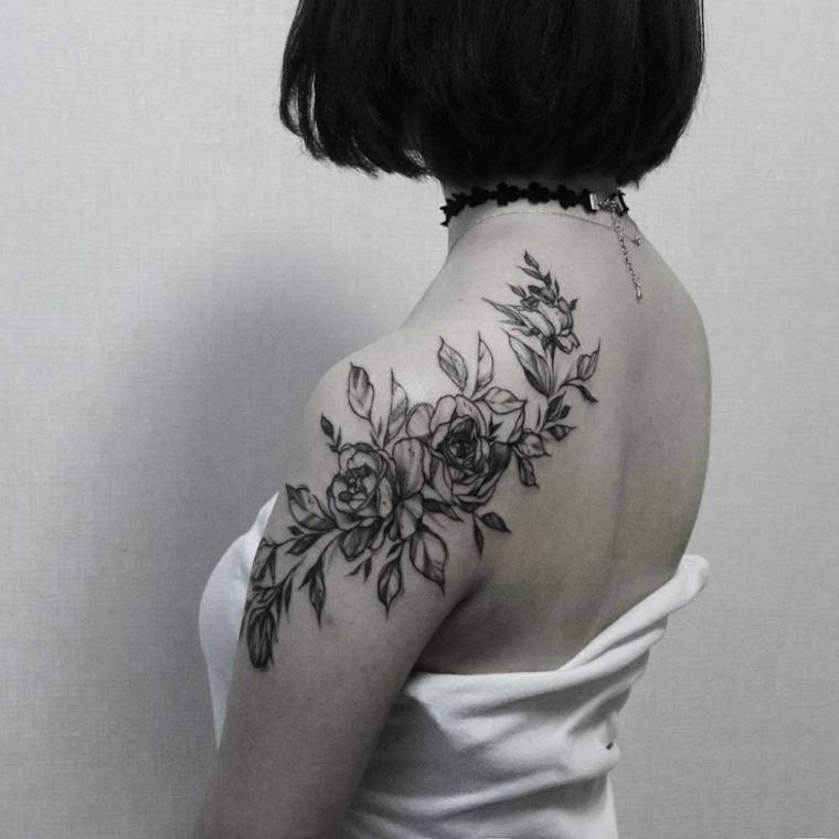 bellissimo tatuaggio floreale in bianco e nero, idea per un tatuaggio rosa spalla