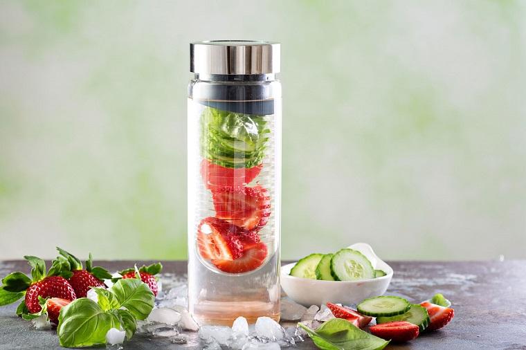Borraccia di vetro con acqua aromatizzata alla frutta per detox dell'organismo