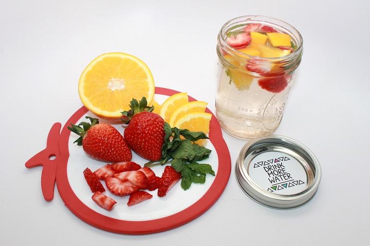 Acqua detox ricette, barattolo di vetro con bevanda aromatizzata alla fragola e menta