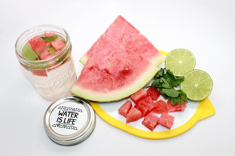 Ricette sgonfia pancia, barattolo di vetro con acqua aromatizzata all'anguria e menta