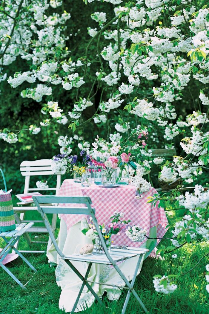 Set da giardino, tavolo con vasi, vasi di fiori