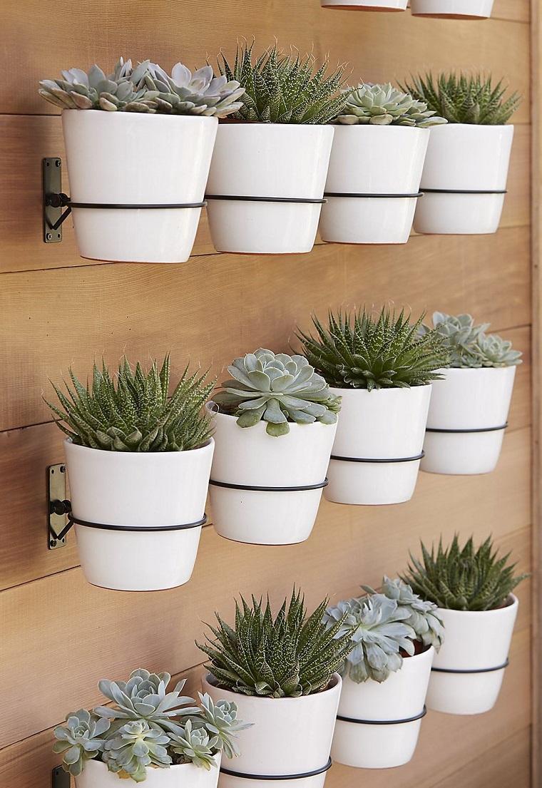 Idee giardino piccolo, soluzione verticale con vasi di colore bianco e piantine grasse