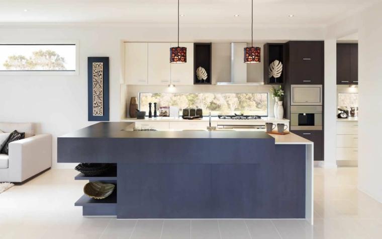 cucina a vista bianca e nera con isola azzurra, divani bianchi, pareti e pavimento chiari