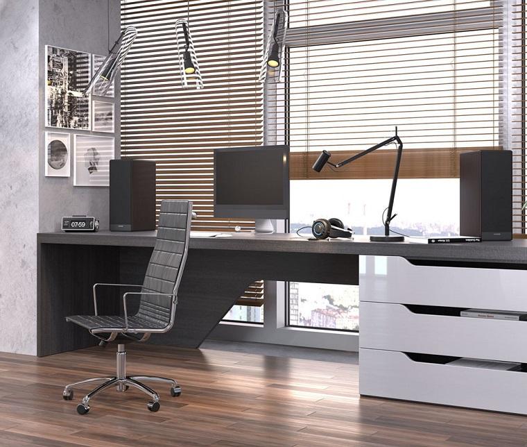 home office con scrivania e sedia girevole pareti tortora chiaro pavimento legno massello