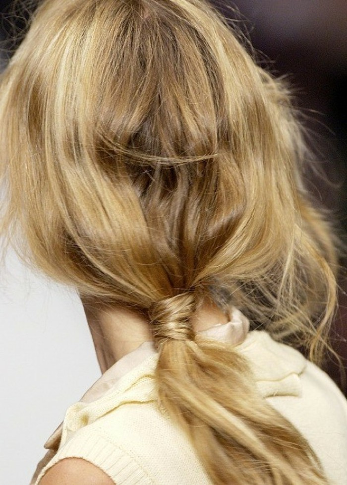 capelli lunghi biondo miele raccolti in una coda bassa senza fermaglio, un'idea per pettinature facili e veloci