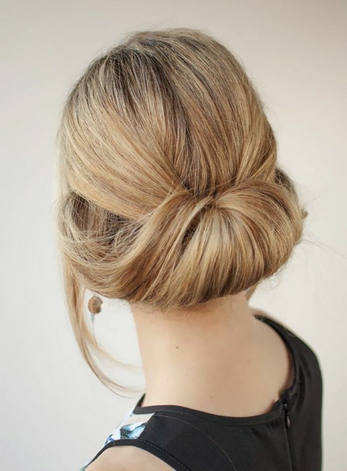 capelli lunghi biondi raccolti in uno chignon aperto basso, pettinature semplici e veloci