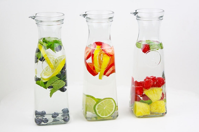 Ricette detoz a base di acqua aromatizzata alla frutta, tre caraffe con ingredienti diversi