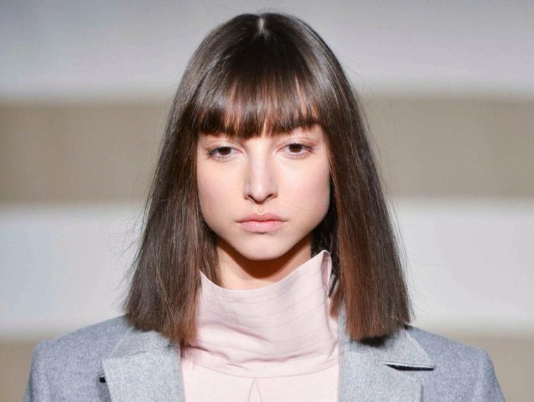 Tagli capelli donna di media lunghezza e un'idea con frangia, acconciatura semplice con ciocche lisce