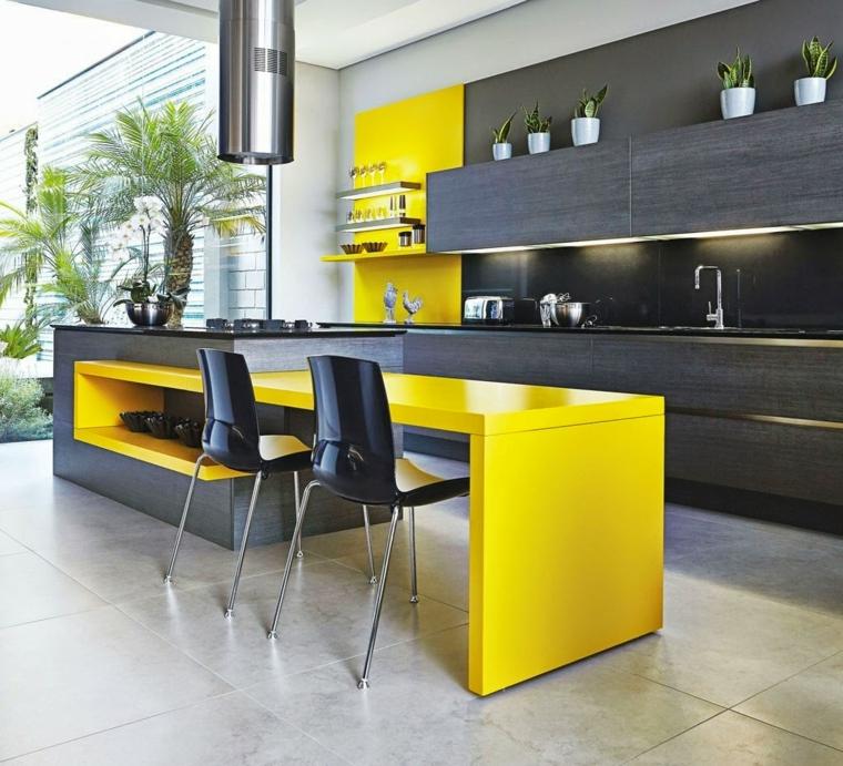moderna proposta di isola cucina gialla e grigia con sgabelli neri e luci incorporate ai pensili