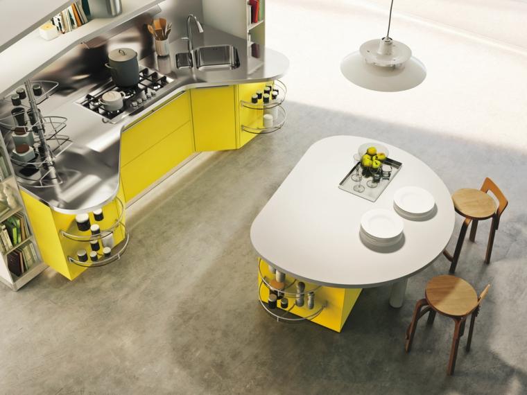 funzionale ed originale cucina con isola dalla forma tondeggiante, mobili gialli con piano in acciaio