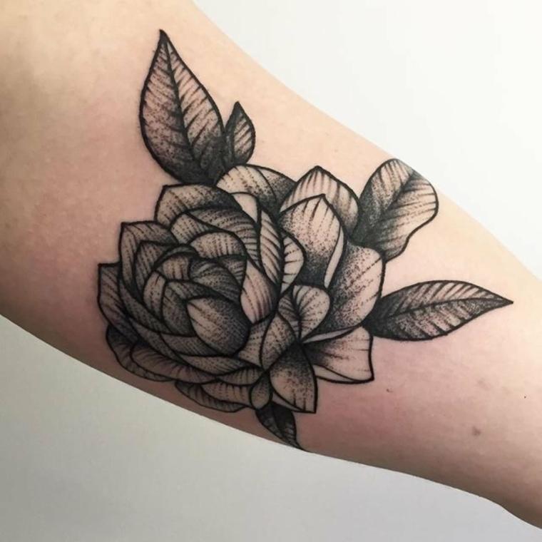 grigio e nero tattoo all'interno del braccio, significato tatuaggio rosa con delle foglie