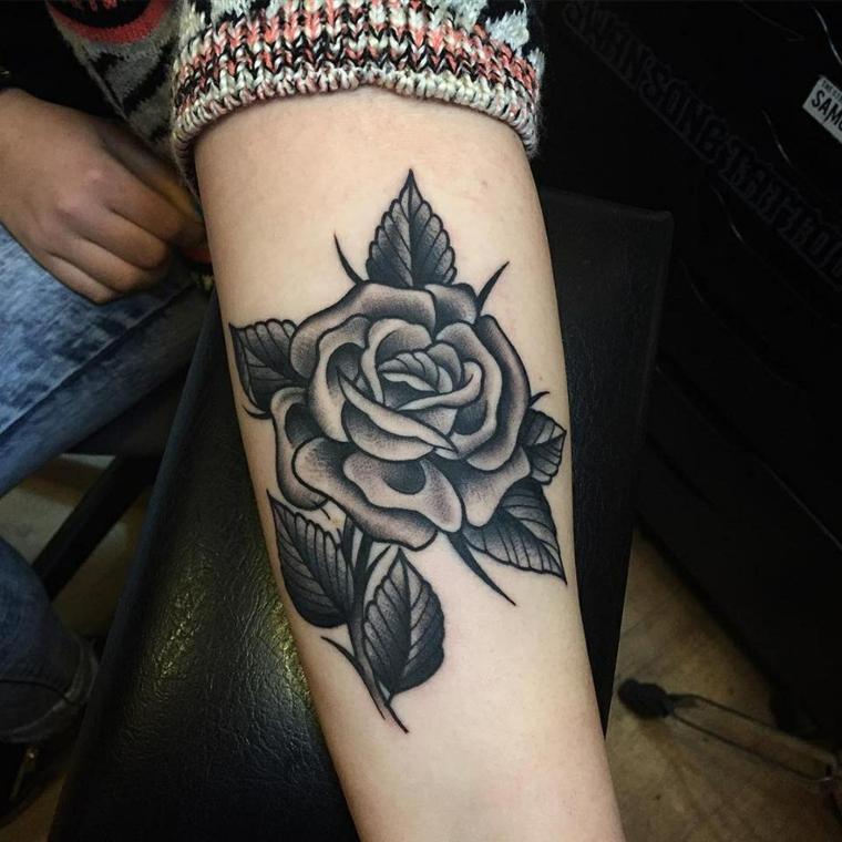 bellissima idea per tatuaggi rose braccio in bianco e nero con delle grandi foglie