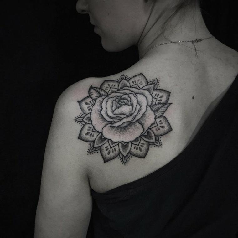 disegno mandala con all'interno una rosa in bianco e nero, significato rosa tattoo
