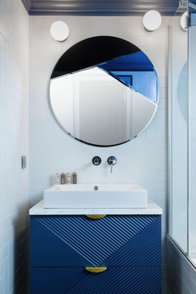 Come arredare un bagno, mobile di colore blu con lavabo da appoggio