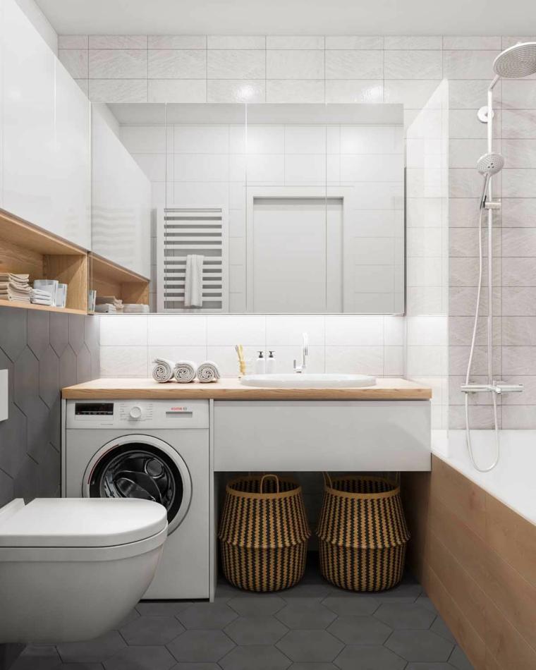 Bagno con vasca rivestita in piastrelle, mobile bagno con lavandino e lavatrice