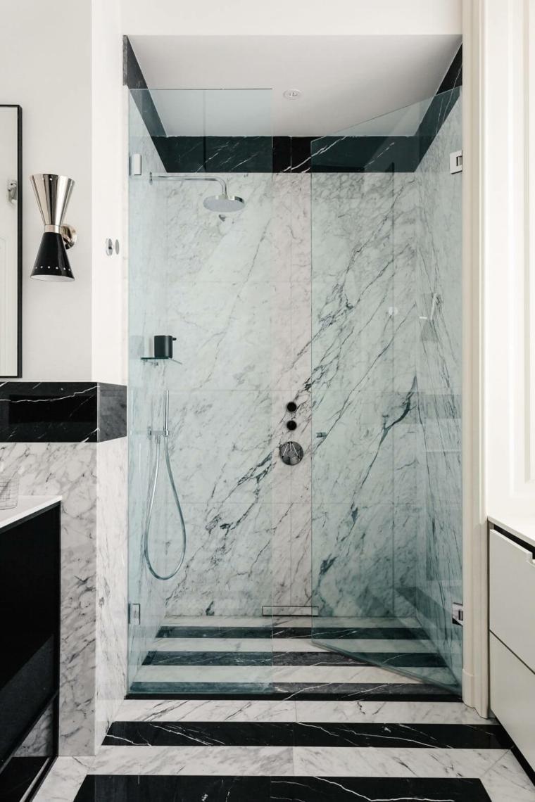 Docce moderne e un'idea con porta di vetro, pareti rivestite con piastrelle effetto marmo