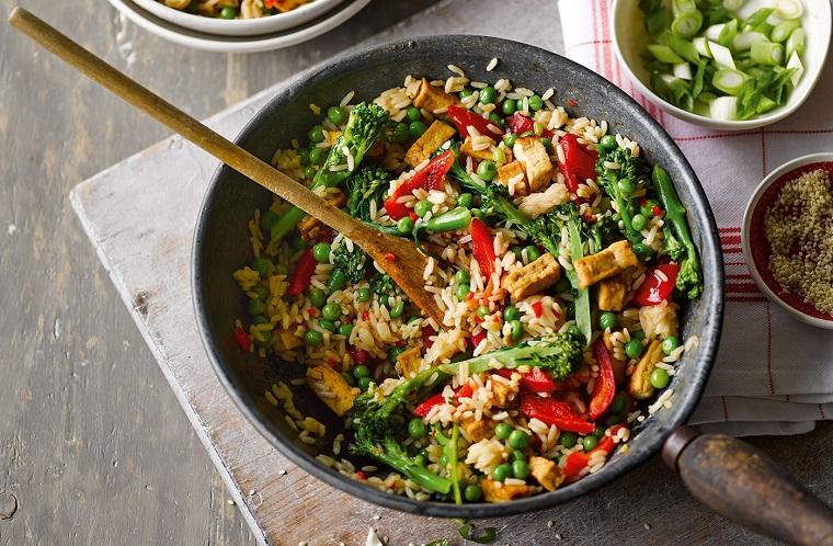 Ricette secondi piatti con riso alle verdure, piselli e broccoli con peperoni tagliati a julienne