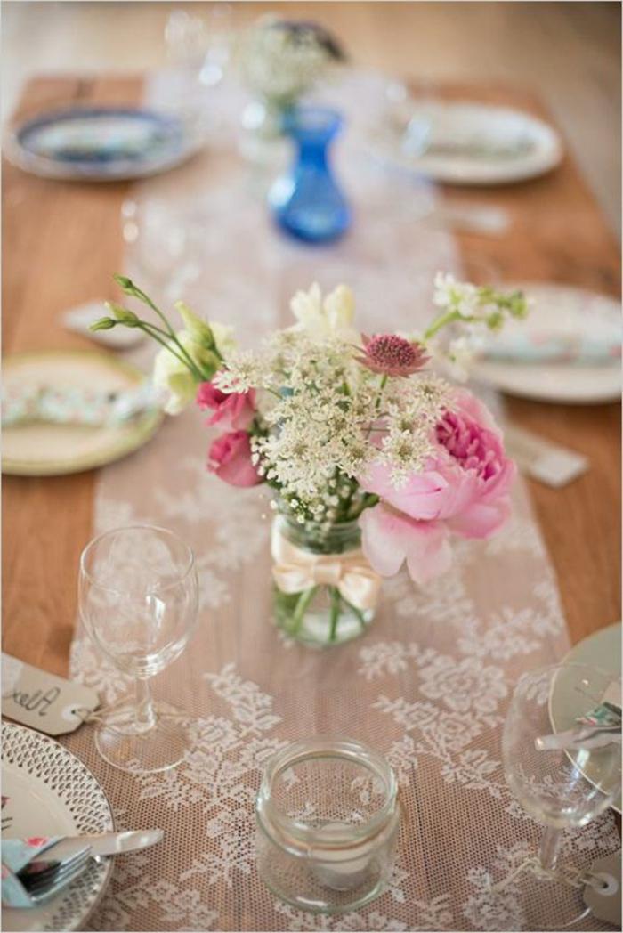 Tavole apparecchiati originali, idea con pizzo e un barattolo di vetro con fiori come centrotavola