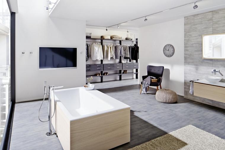 Come arredare un bagno con rivestimento mobili di legno e guardaroba a vista
