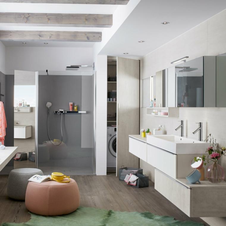 Rivestimenti bagni esempi, sala da bagno con box doccia, pavimento in legno e soffitto con travi