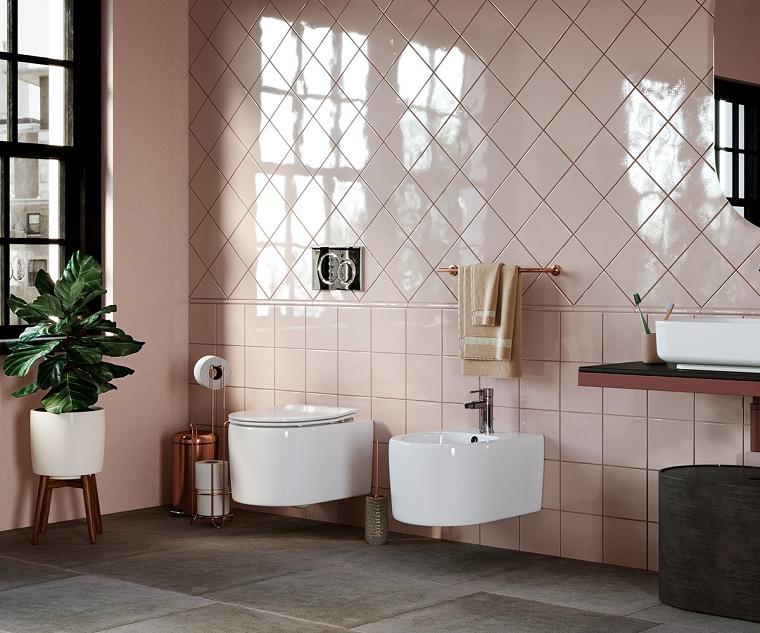 Bagni moderni, piastrelle bagno di colore rosa, mobile con lavabo da appoggio