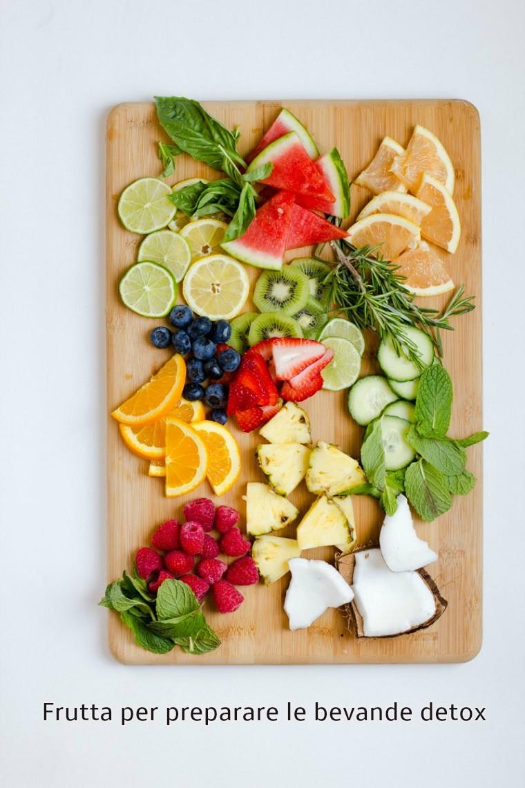 Ricette detox a base di acqua e tanta frutta di stagione tagliata e messa su un tagliere di legno