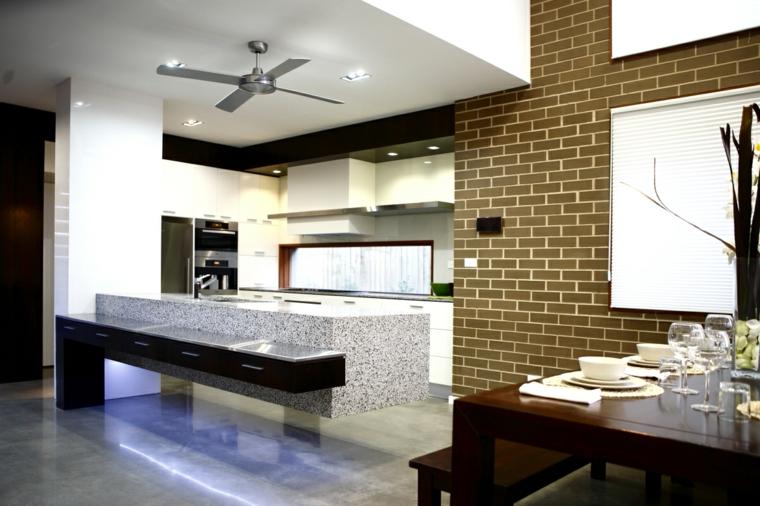 design originale e arredamento cucina moderna con grande isola e parete in muratura