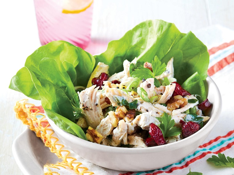 Ricette veloci cena, insalata verde con del pollo bollito e pomodorini secchi scolati